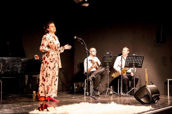 Klaudia Reichenbacher als Polly Paradise im musikalischen Theatermonolog von Christina Jonke